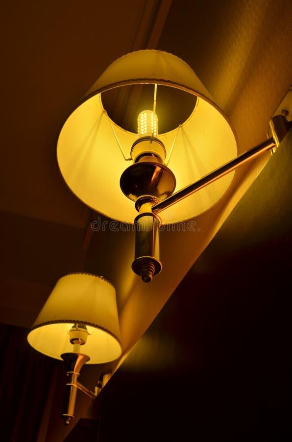 Deux lampes de chevet oranges dans la chambre à coucher image libre de droits