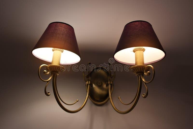 Deux lampes de mur avec la nuance jaune de la toile photos stock