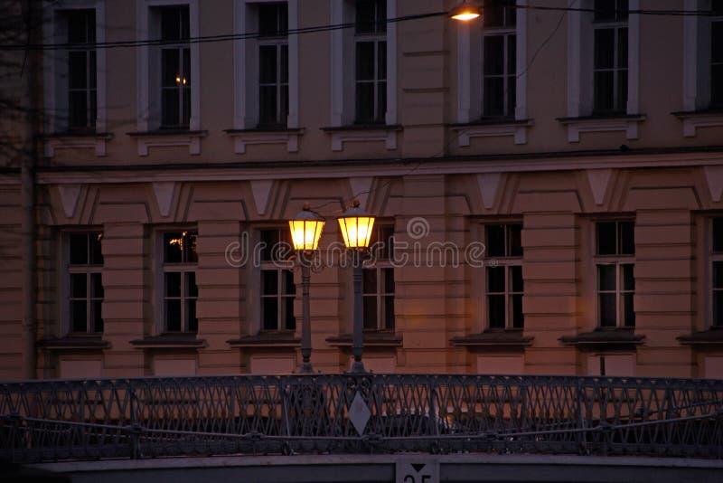 Deux lanternes brûlant dans l'obscurité photo libre de droits
