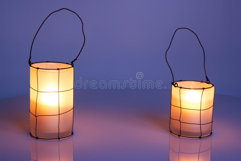 Deux lanternes confortables au crépuscule photos stock