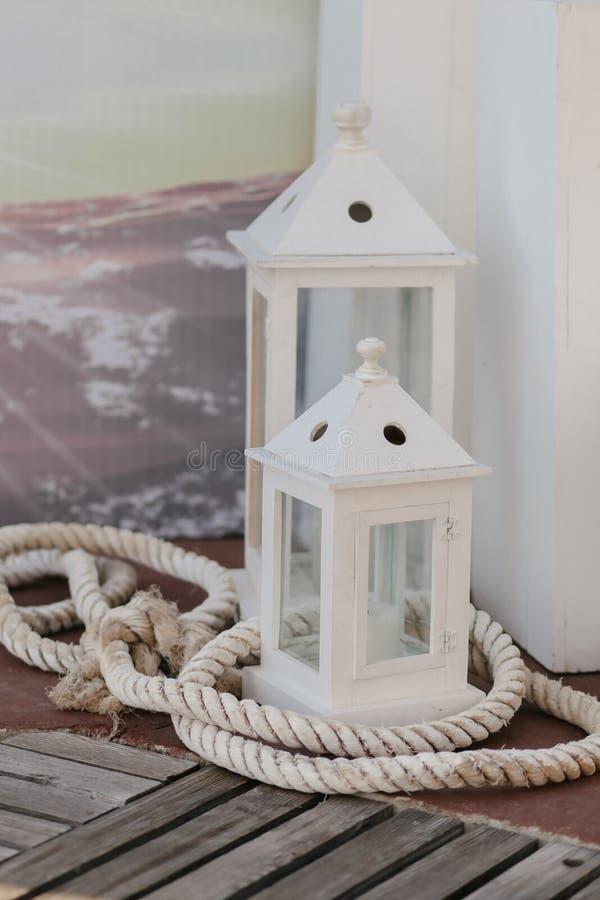 Deux lanternes confortables faites de glace et décorées du fil en métal images libres de droits