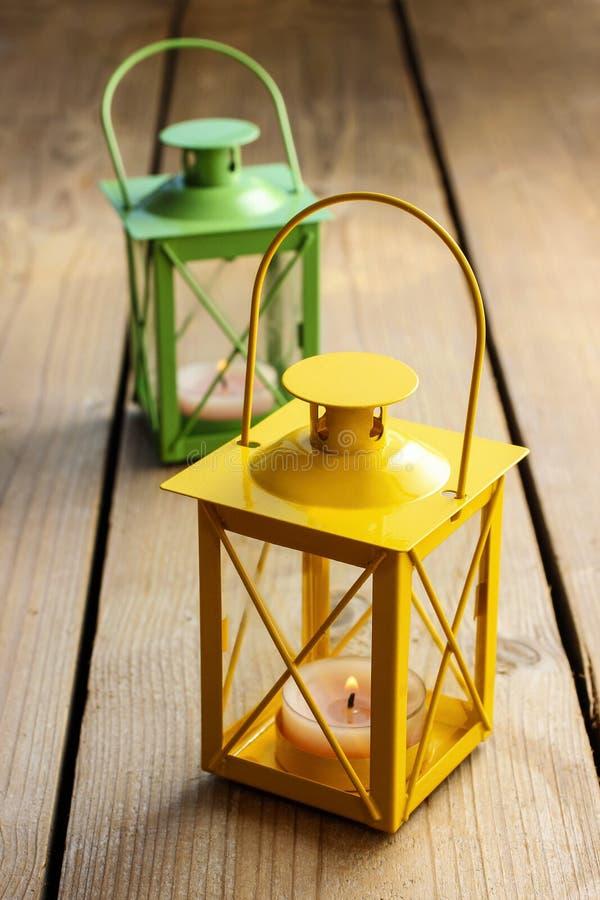 Deux lanternes de fer : jaune et vert image stock