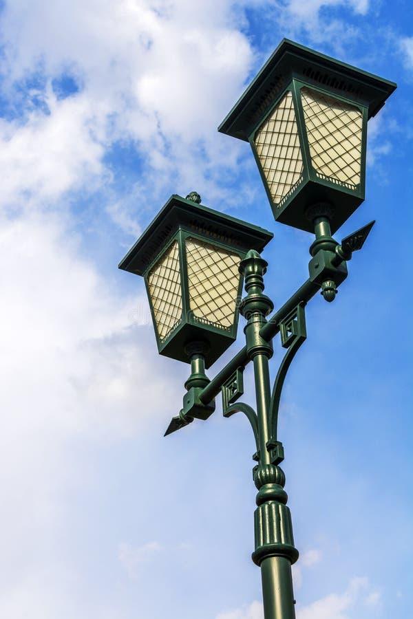 Deux lanternes de vintage sur le fond de ciel image stock
