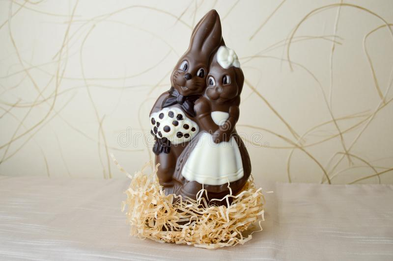 Deux lapins de chocolat Deux savoureux, embrassant, lièvres de chocolat, un couple affectueux photographie stock libre de droits