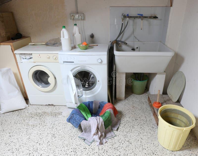 Deux lave-linge et un lavabo dans la buanderie photos stock