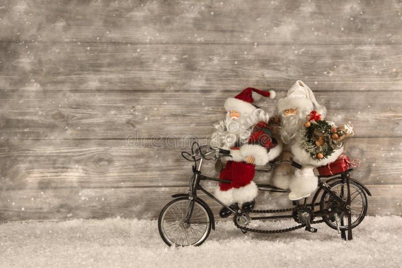 Deux le père noël dans la hâte pendant les cadeaux de Noël de achat décorés images stock