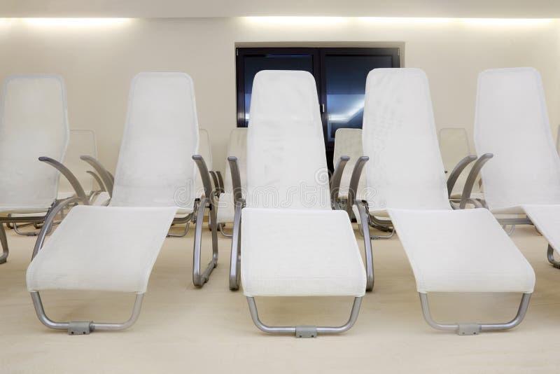 Deux lignes des sièges confortables dans la chambre vide images stock