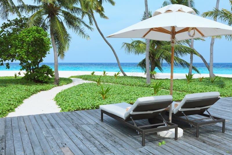 Deux lit pliant vide sur la plage, île des Maldives image stock