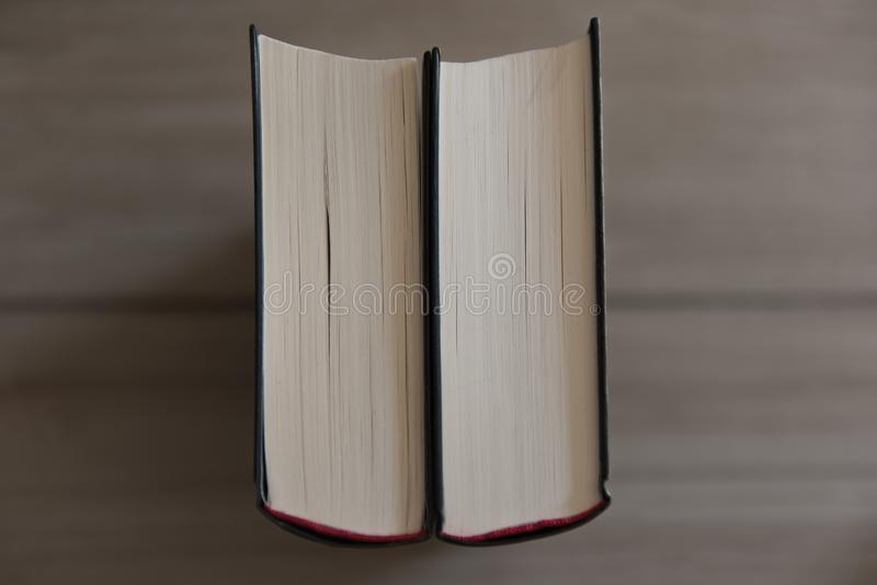 Deux livres se tiennent sur un fond en bois photos stock