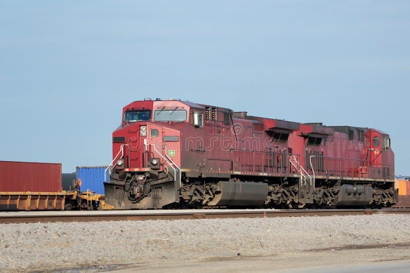 Deux locomotives rouges à une cour de fret photos stock