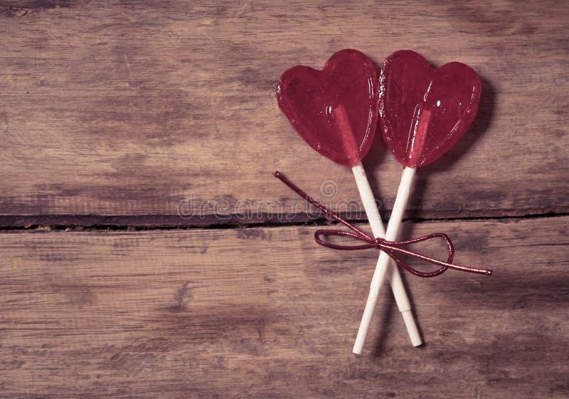 Deux lucettes en forme de coeur rouges comme métaphore concept de l'amour, de l'unité et de valentines de jour image stock