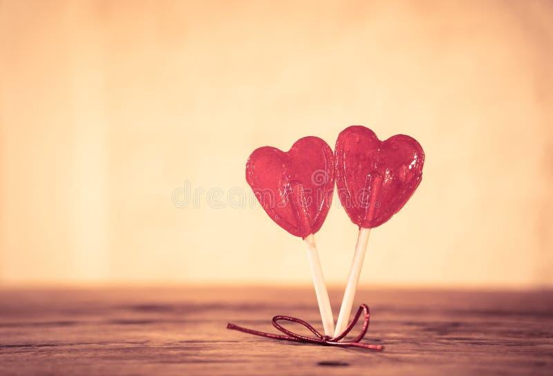 Deux lucettes en forme de coeur rouges comme métaphore concept de l'amour, de l'unité et de valentines de jour images libres de droits