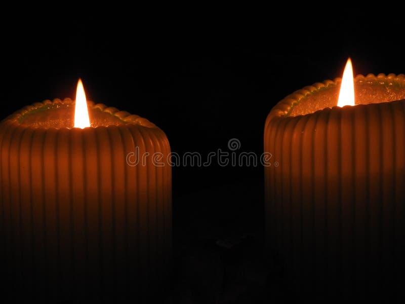 Deux lumières de bougie dans l'obscurité photo libre de droits