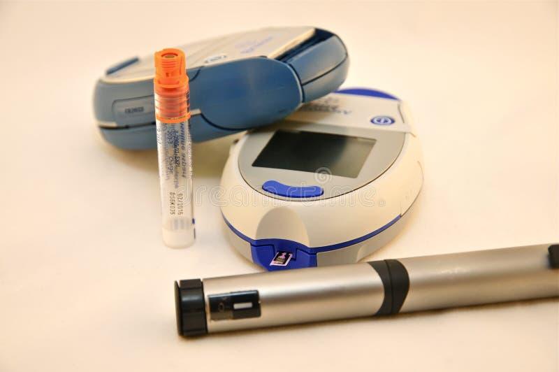 Deux mètres de glucose sanguin et stylos d'insuline photographie stock libre de droits