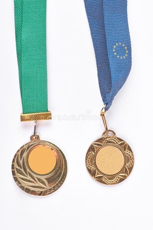 Deux médailles d'or accrochant sur bandes photos libres de droits