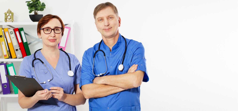 Deux médecins avec des stéthoscopes - soins de santé et concept médical L'espace de copie, assurance-maladie image stock