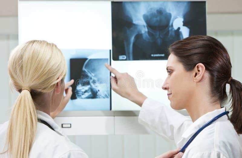 Deux médecins féminins de femmes avec des rayons X image stock