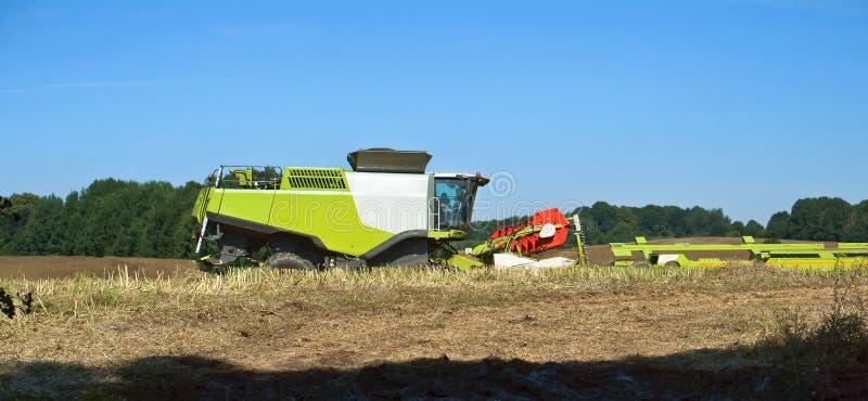 Deux machines agricoles fonctionnent dans le domaine, récolteuses de grain fonctionnent dans le domaine, la terre agricole photographie stock