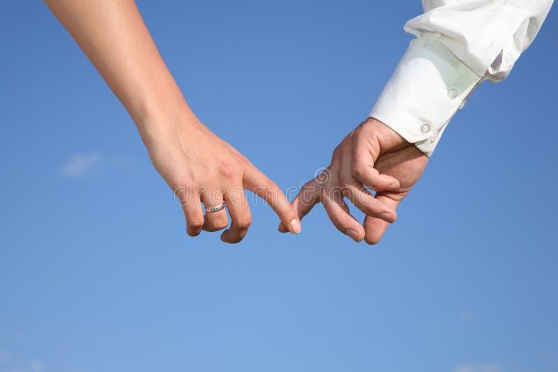 Deux mains contre le ciel photographie stock