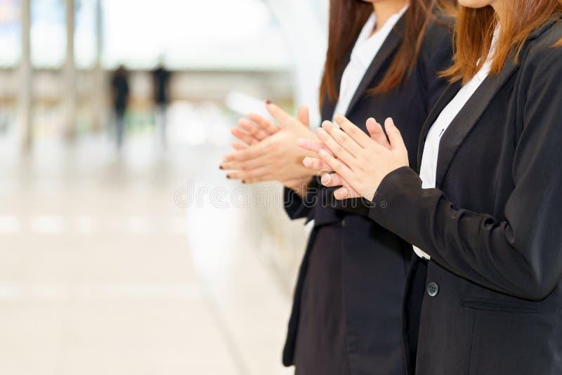 Deux mains de applaudissement de femme d'affaires tout en se tenant pour le congratulati images stock