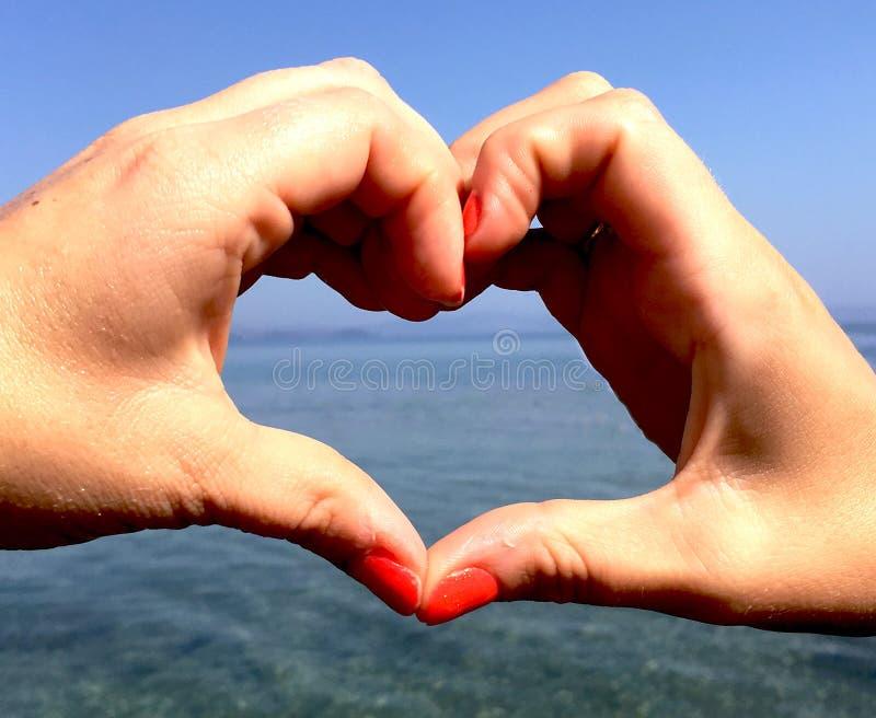 Deux mains formant un coeur photos stock