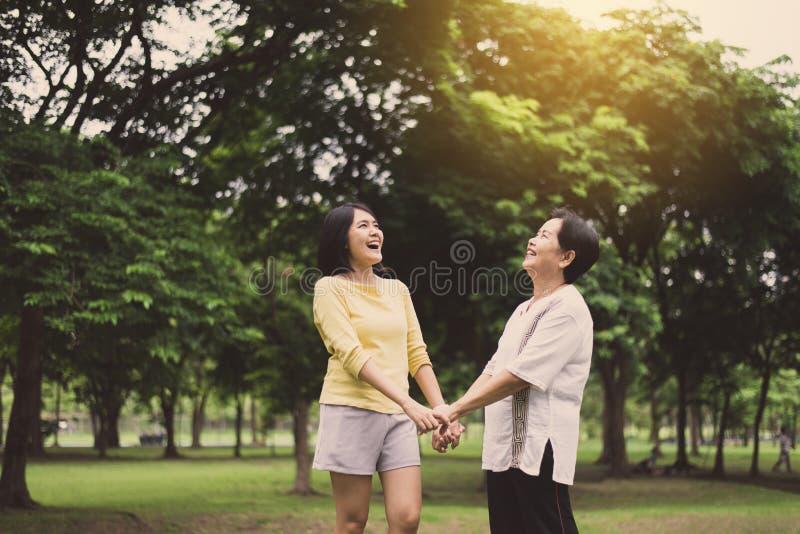 Deux mains heureuses de femme liant au parc public escroc le matin, heureuses et en souriant, de positif pensée, en bonne santé e photographie stock libre de droits