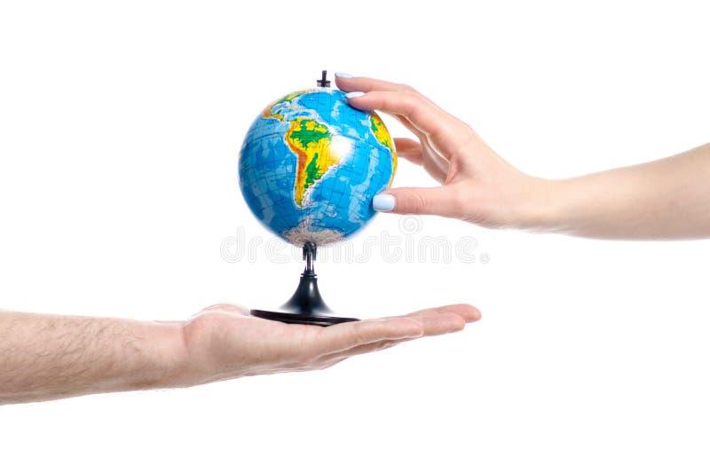 Deux mains retenant le globe photographie stock