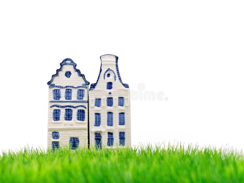 Deux maisons miniatures de canal d'Amsterdam sur l'herbe images libres de droits