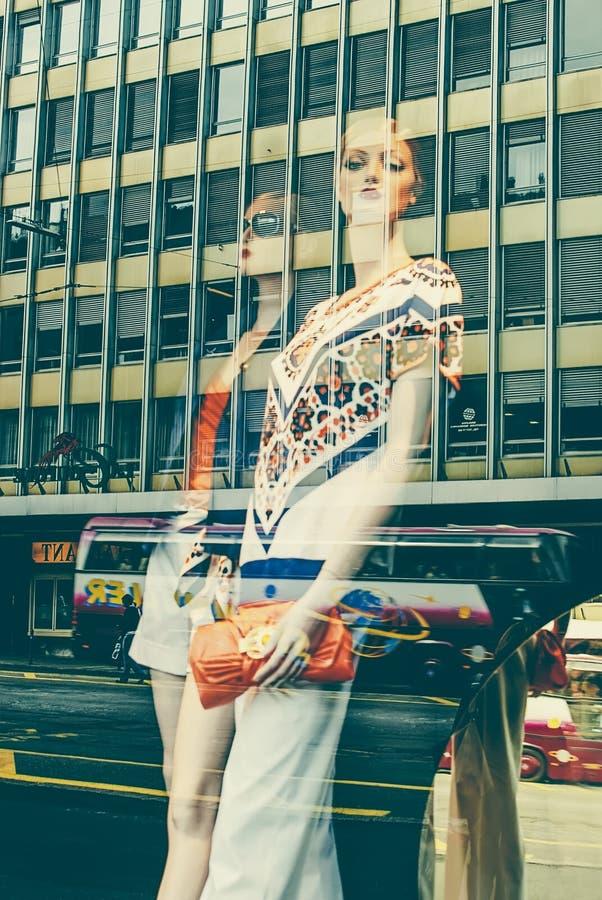 Deux mannequins et accessoires de mode femelles image stock