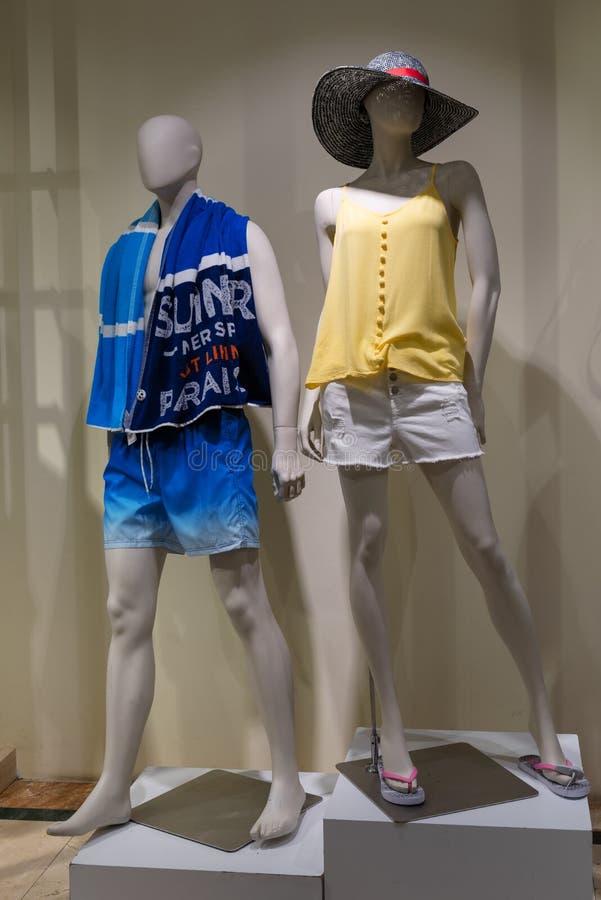 Deux mannequins, mâle et femelle, se sont habillés dans des vêtements d'été image stock