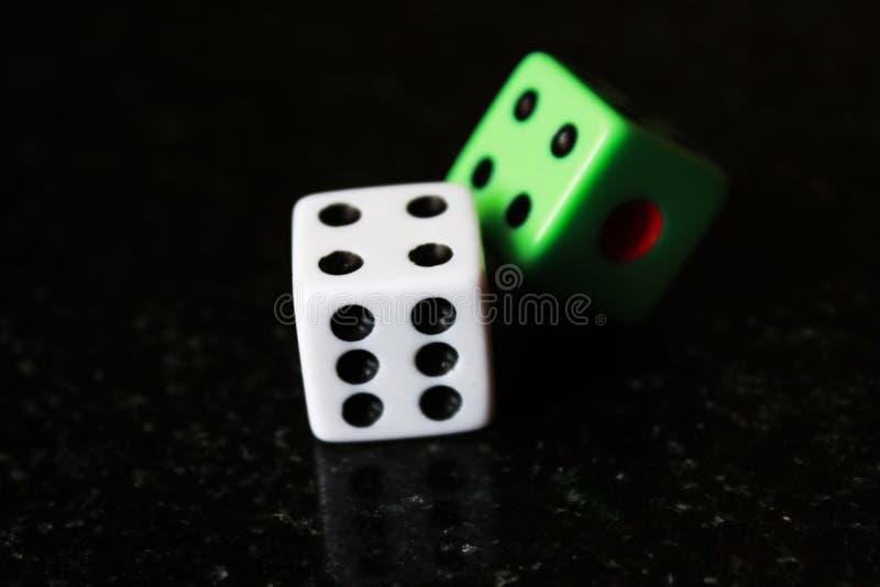 Deux matrices sur un fond noir, jeu de jeu photographie stock libre de droits