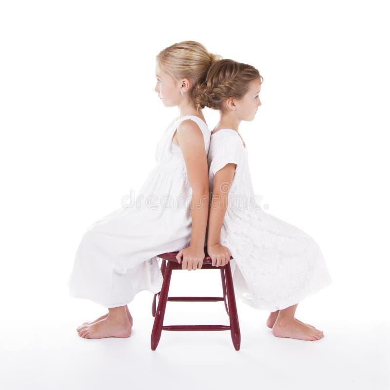 Deux meilleurs amis s'asseyant de nouveau au dos images stock