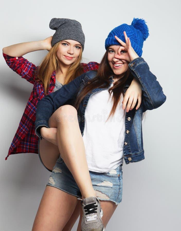 Deux meilleurs amis sexy élégants de filles de hippie images stock
