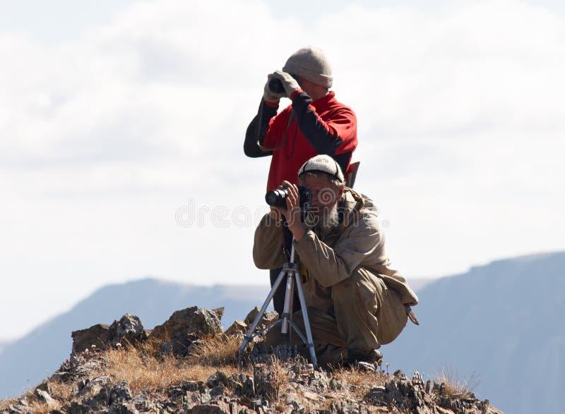 Deux mens et montagnes. photos stock