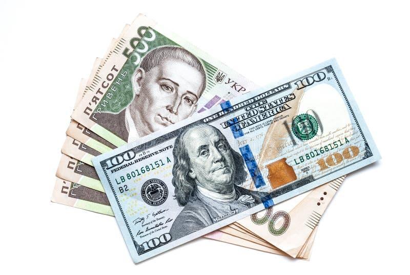 Deux mille cinq cents hryvnia ukrainiens et cent dollars, sur un fond blanc photographie stock libre de droits