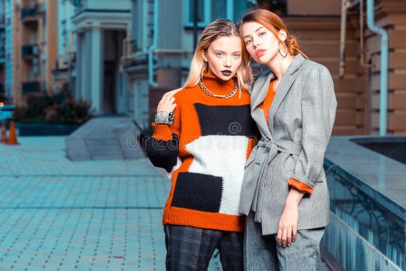 Deux modèles à la mode se sentant stupéfiants tout en posant photos libres de droits