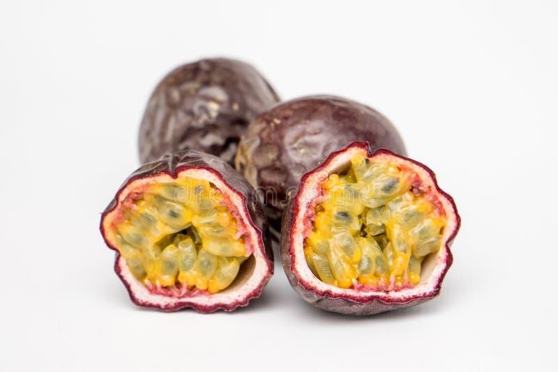 Deux moitiés d'un fruit de maracuja images libres de droits