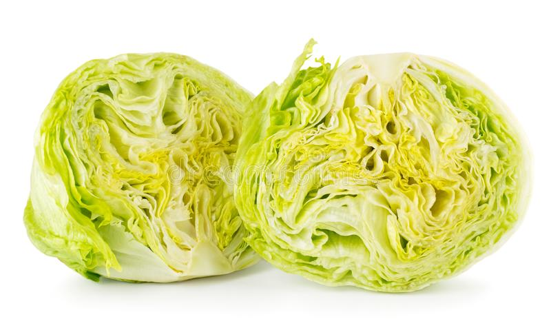 Deux moitiés de plan rapproché de salade 'Iceberg' sur un blanc D'isolement image libre de droits