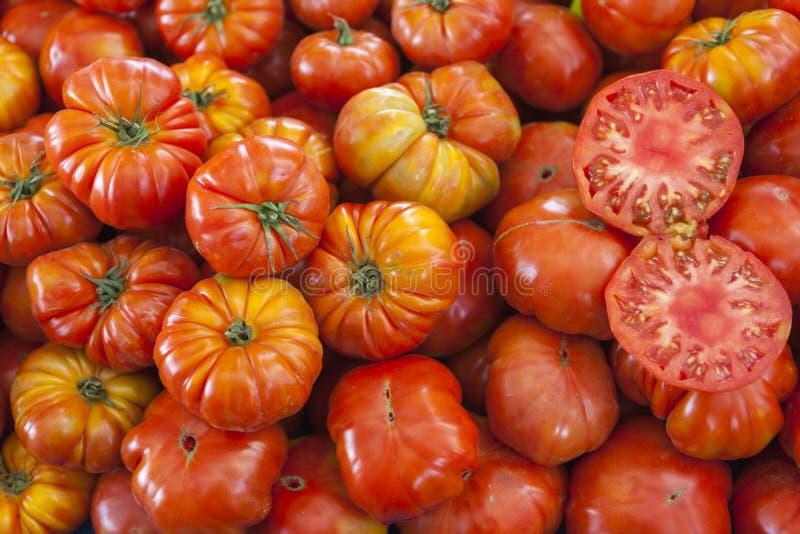 Deux moitiés de tomate mûre juteuse dans la section Tomates fraîches Tomates rouges Tomates organiques du marché de village Backg photo libre de droits