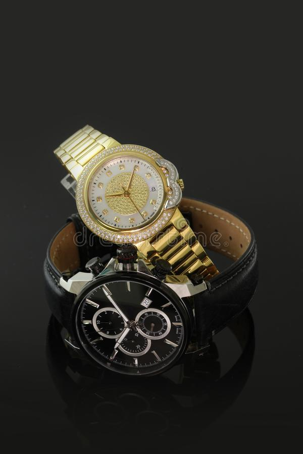 Deux montres-bracelet élégantes de noir et d'or photos libres de droits