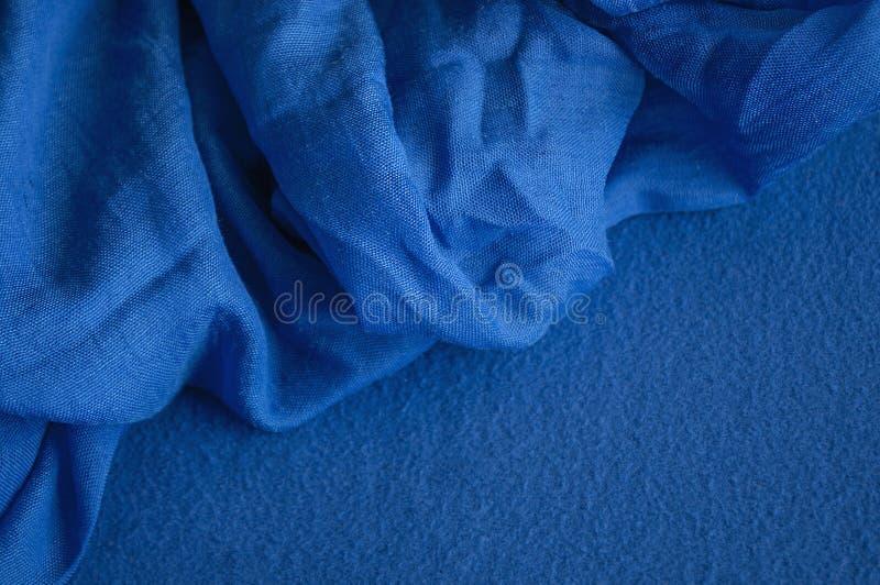 Deux morceaux de différents tissus bleus profonds photo stock