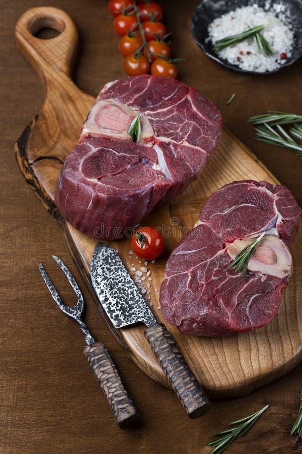 Deux morceaux de viande crue pour l'ossobuco photos libres de droits