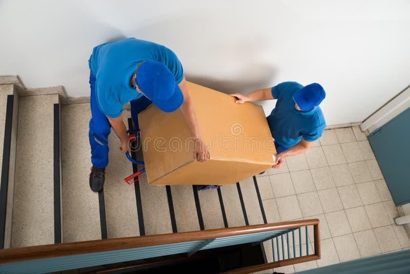 Deux moteurs avec la boîte sur l'escalier photos libres de droits