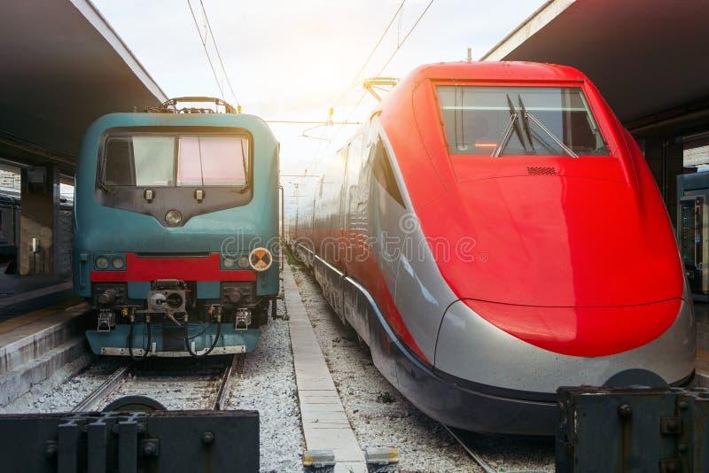 Deux moteurs modernes de train dans une station de train photo libre de droits
