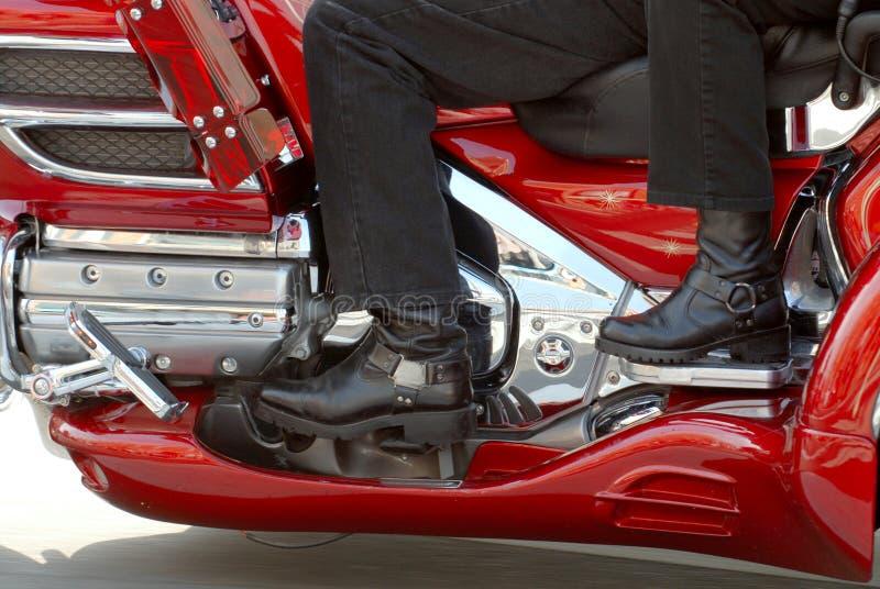 Deux motocyclistes sur une moto image stock