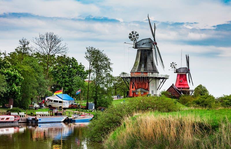 Deux moulins à vent dans Greetsiel photos stock