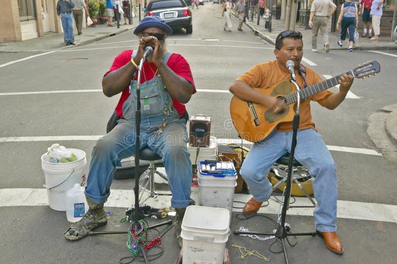 Deux musiciens exécutent dans la rue du quartier français près de la rue de Bourbon à la Nouvelle-Orléans, Louisiane photographie stock