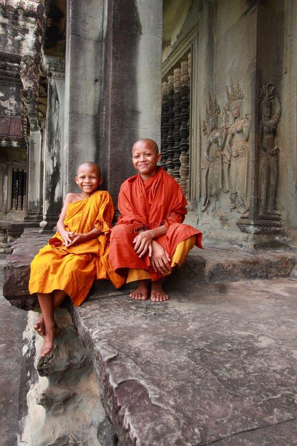 Deux novices bouddhistes non identifiés dans Angkor Vat dans Siem Reap. image libre de droits