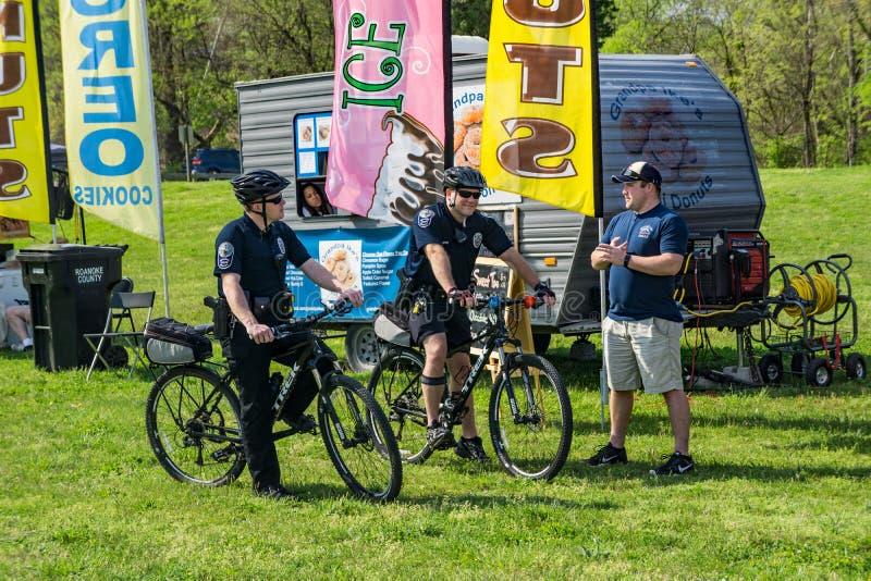 Deux offres de police sur la patrouille de vélo photos libres de droits