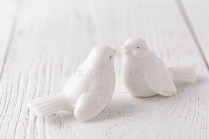 Deux oiseaux en céramique blancs embrasse ensemble photo stock